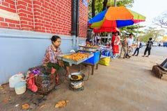 Sprzedawcy bubel smażył przekąskę w śródmieściu Yangon zdjęcia stock