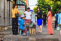 Sprzedawcy bubel smażył przekąskę w śródmieściu Yangon obraz royalty free