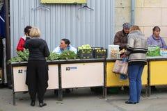 Sprzedawcy bubla warzywa przy Kalvariju wprowadzać na rynek w Starym miasteczku Vilnius, Lithuania Zdjęcia Royalty Free
