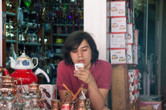Sprzedawcy czajnik na Istiklal ulicie w Istanbuł Obraz Stock