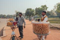 Sprzedawcy jedzenie na ulicie w Delhi, India 29 11 2017 Obrazy Stock