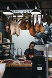 Sprzedawcy kocowania kiełbasy przy mięso stojakiem w podgrodzie rynku, Londyn, UK obraz royalty free