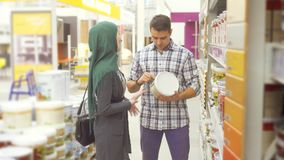 Sprzedawcy konsultant w supermarkecie radzi muzułmańskiej kobiety zdjęcie wideo