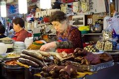 Sprzedawcy narządzania jedzenie Przy Gwangjang jedzenia rynkiem Obrazy Royalty Free