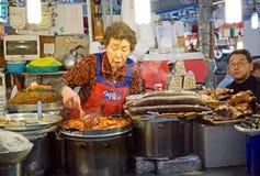 Sprzedawcy narządzania jedzenie Przy Gwangjang jedzenia rynkiem Zdjęcia Royalty Free