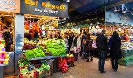 Sprzedawcy przy Boqueria rynkiem. Barcelona Zdjęcia Royalty Free