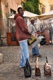 Sprzedawcy sfałszowane torebki mężczyzna i kobieta w zimie na ulicach obraz stock