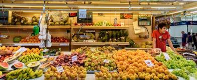 Sprzedawcy Sprzedaje Świeże owoc W Mercado centrali Fotografia Royalty Free
