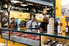 Sprzedawcy Sprzedaje baleron, bekon I Mięsnych produkty W Mercado De Campo de Ourique, Zdjęcie Royalty Free