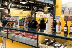 Sprzedawcy Sprzedaje baleron, bekon I Mięsnych produkty W Mercado De Campo de Ourique, Obraz Stock