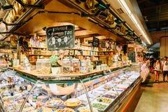Sprzedawcy Sprzedaje Targowych produkty W Santa Catarina Mercado Barcelona miasto Zdjęcia Royalty Free