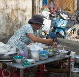 Sprzedawcy sprzedawania uliczny jedzenie w Saigon Zdjęcia Royalty Free