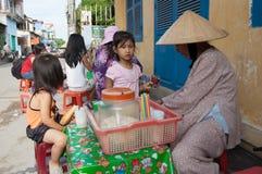 Sprzedawcy sprzedawania uliczny jedzenie w Saigon Obrazy Stock
