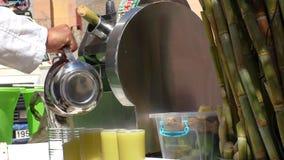 Sprzedawcy ulicznego dolewania trzciny cukrowa sok zbiory wideo