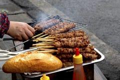 Sprzedawcy ulicznego kulinarny mięso na skewers fotografia royalty free