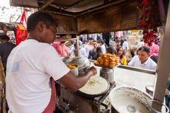 Sprzedawcy ulicznego narządzania jedzenie Obrazy Royalty Free