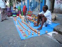 Sprzedawcy ulicznego sprzedawać drewniane zabawki obraz stock