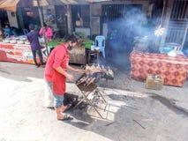 Sprzedawcy ulicznego sprzedawania jedzenie przy przystankiem autobusowym Savannakhet Zdjęcia Stock