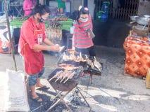 Sprzedawcy ulicznego sprzedawania jedzenie przy przystankiem autobusowym Savannakhet Zdjęcie Royalty Free
