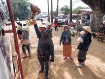 Sprzedawcy ulicznego sprzedawania jedzenie przy przystankiem autobusowym Savannakhet Zdjęcia Royalty Free