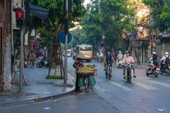 Sprzedawcy ulicznego sprzedawania owoc od jej bicyklu przy kerbside Obrazy Royalty Free
