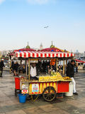 Sprzedawcy ulicznego sprzedawanie piec kasztany i kukurudzy na ulicach Istanbuł Fotografia Royalty Free