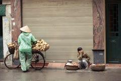 Sprzedawcy uliczni na ulicach Hanoi, Wietnam Fotografia Royalty Free