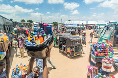 Sprzedawcy uliczni sprzedaje towary przy przystankiem autobusowym w Mwanza, Tanzania Obrazy Stock