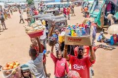 Sprzedawcy uliczni sprzedaje towary przy przystankiem autobusowym w Mwanza, Tanzania Obraz Royalty Free