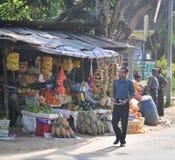 Sprzedawcy w ulica sklepie sprzedają świeże owoc w Sri Lanka Fotografia Stock