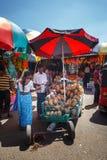 Sprzedawcy w ulica sklepie sprzedają banany, melonowa i warzyw świeżych owoc, Tradycyjny Azjatycki miejscowego rynek Zdjęcie Stock