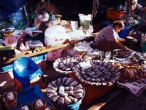 Sprzedawcy wzdłuż zabiegane ulicy w Maeklong kolei rynku, Bangkok obrazy stock