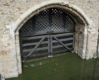 Sprzedawczyk brama przy wierza Londyn w Anglia zdjęcia royalty free