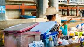 Sprzedawczyni napoje na Damnoen Saduak Spławowym rynku zdjęcia stock