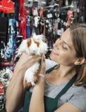 Sprzedawczyni Patrzeje Ślicznego królika doświadczalnego Fotografia Stock