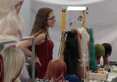 Sprzedawczyni przy rynkiem z anime perukami przy Animefest Zdjęcie Royalty Free