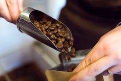 Sprzedawczyni sprzedaje masową kawę przy organicznie sklepem obrazy stock