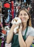 Sprzedawczyni Trzyma Ślicznego królika doświadczalnego Przy sklepem Obraz Stock