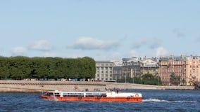 Spucken der Vasilievsky-Insel und des Ausflugbootes auf dem Neva-Fluss im Sommer - St Petersburg, Russland stock video