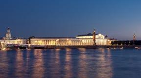 Spucken Sie Strelka von Vasilyevsky-Insel nachts, St Petersburg, Russland Stockbild
