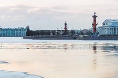 Spucken von Vasilievsky-Insel im Winter in St Petersburg an der Dämmerung Stockfoto