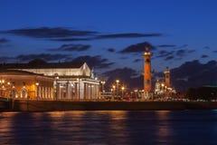 Spucken von Vasilyevsky Island in St Petersburg nachts Lizenzfreies Stockbild