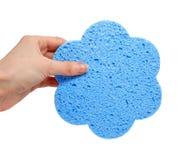Spugna blu del bagno nella mano isolata Fotografie Stock Libere da Diritti