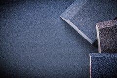 Spugna d'insabbiamento sui materiali abrasivi della carta di lucidatura Fotografia Stock Libera da Diritti
