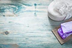 Spugna fatta a mano del bagno del sapone sul concetto di trattamento della stazione termale del bordo di legno Immagine Stock