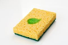 Spugna gialla con un certo liquido verde di pulizia su  fotografie stock