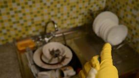Spugna per lavare i piatti ed i guanti archivi video