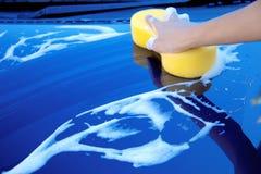 Spugna sopra l'automobile per lavare Fotografia Stock Libera da Diritti