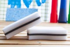 Spugne bianche della melammina per pulizia di alta qualità delle superfici con differenti detersivi e guanti di gomma immagine stock libera da diritti