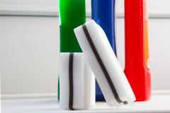 Spugne bianche della melammina per pulizia di alta qualità delle superfici con differenti detersivi immagini stock